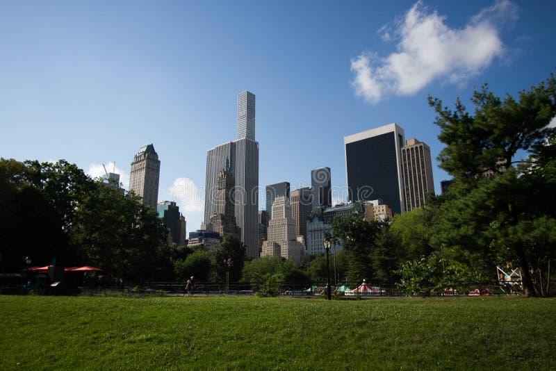 Gebäude von Manhattan hinter Central Park stockbilder