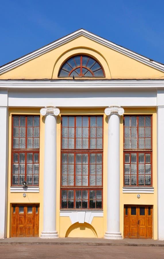 Gebäudefassade mit Spalten stockbilder