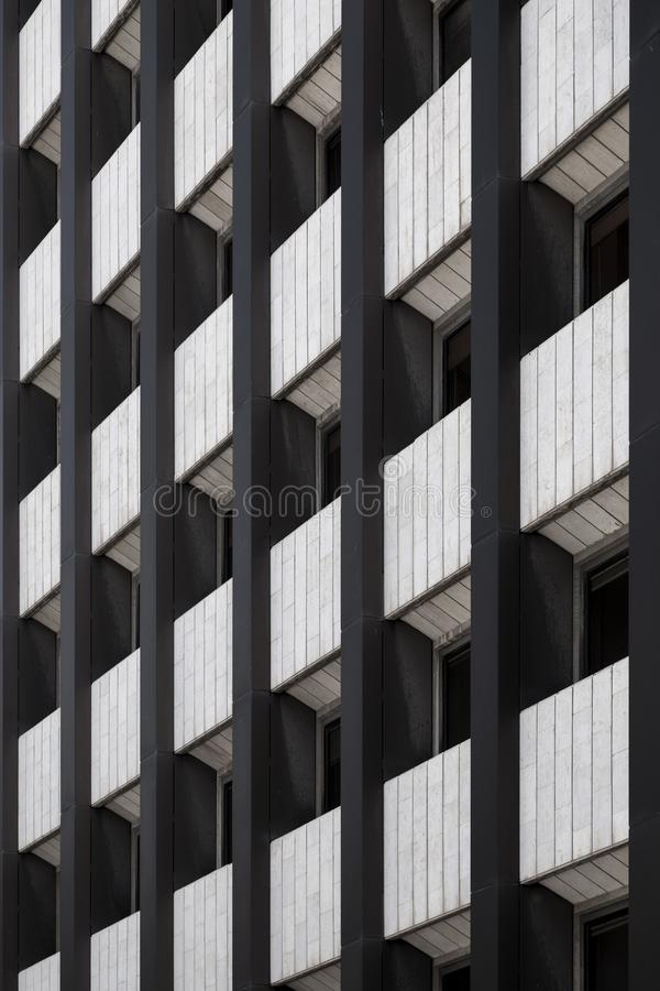 Gebäudefassadendetail, Architekturmuster mit Fenstern stockbild