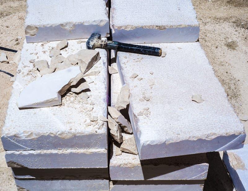 Gebäudehammer, Stapel von Kalksteinplatten stockfoto