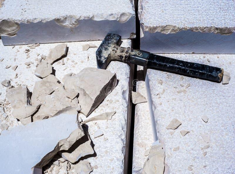 Gebäudehammer, Stapel von Kalksteinplatten lizenzfreie stockfotos