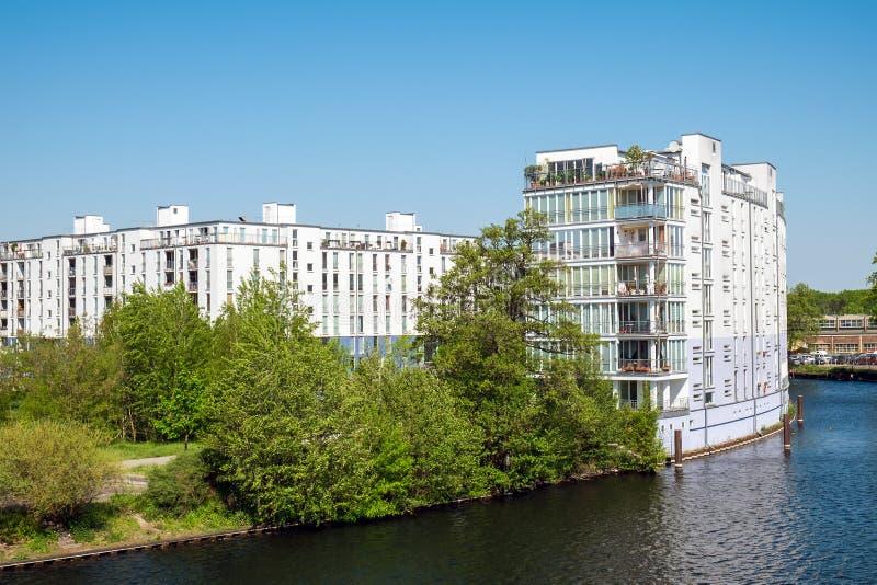 Gebäudekomplex am Fluss-Gelage lizenzfreie stockfotos
