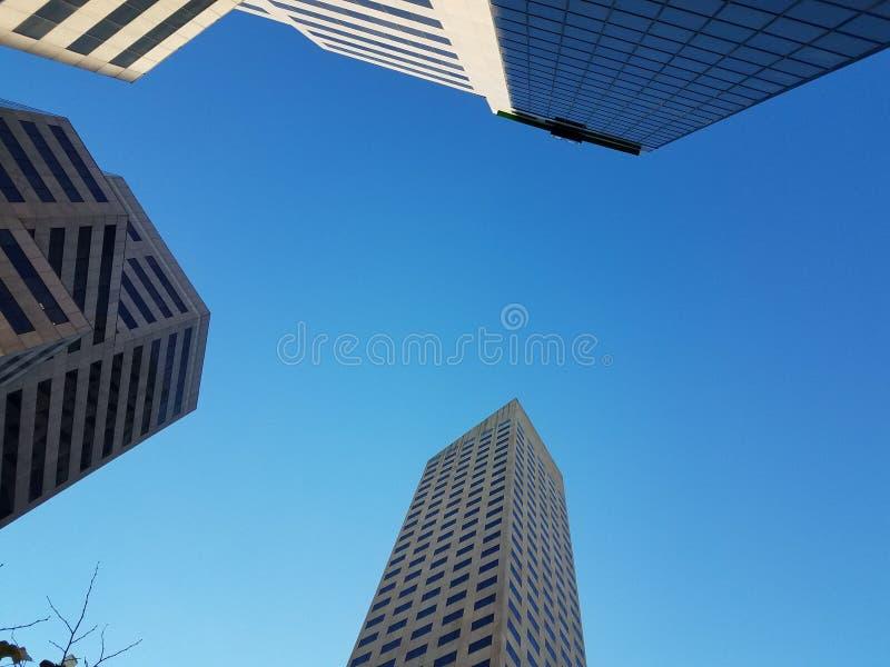 Gebäuden beim Gehen oben betrachten in Indianapolis stockbild