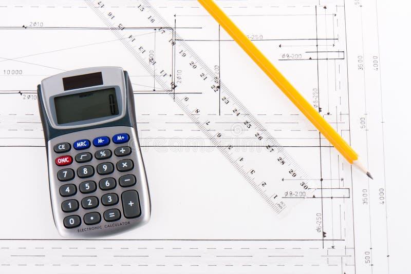 Gebäudeplan mit Rechner, Tabellierprogramm und Bleistift stockfotografie