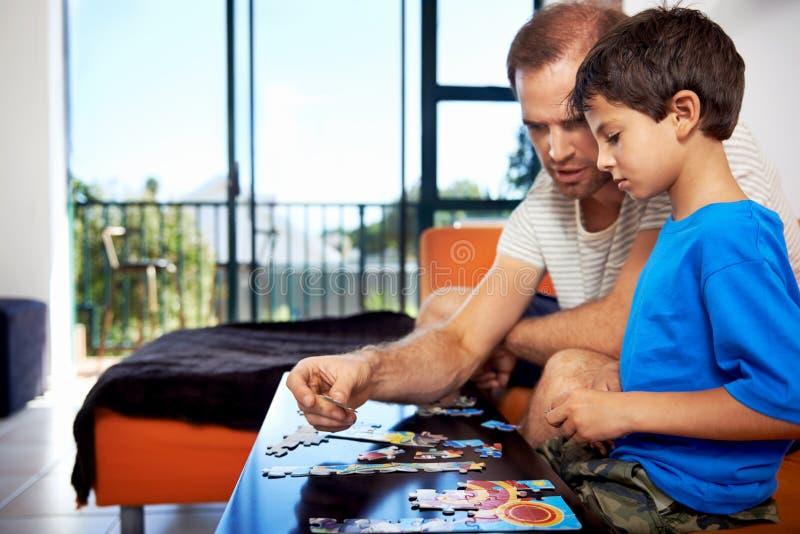 Gebäudepuzzlespielfamilie lizenzfreie stockbilder