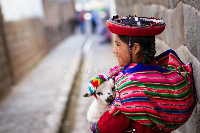 Gebürtige Peruaner, die ein Babylamm halten stockbilder