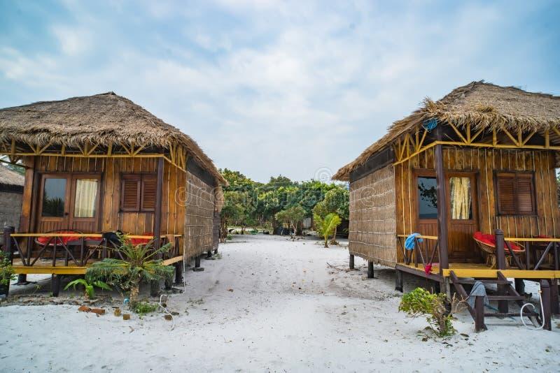 Gebürtiger Bambusbungalow auf Haad als Sadet-Strand auf Koh Phangan-Insel lizenzfreie stockbilder