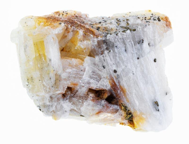 gebürtiges Gold im rauen Quarzstein auf Weiß stockfoto