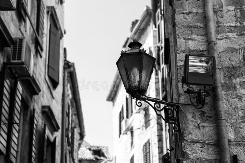 Geb?ude mit Weinleselaterne auf der Ecke in der alten Stadt von Kotor, Montenegro lizenzfreies stockbild