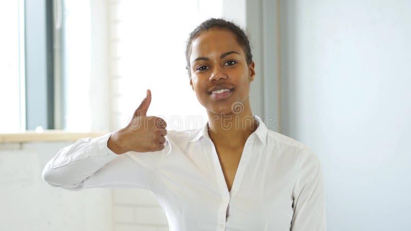 Gebaar van Duimen omhoog door Afro-Amerikaanse Vrouw in Bureau royalty-vrije stock afbeelding