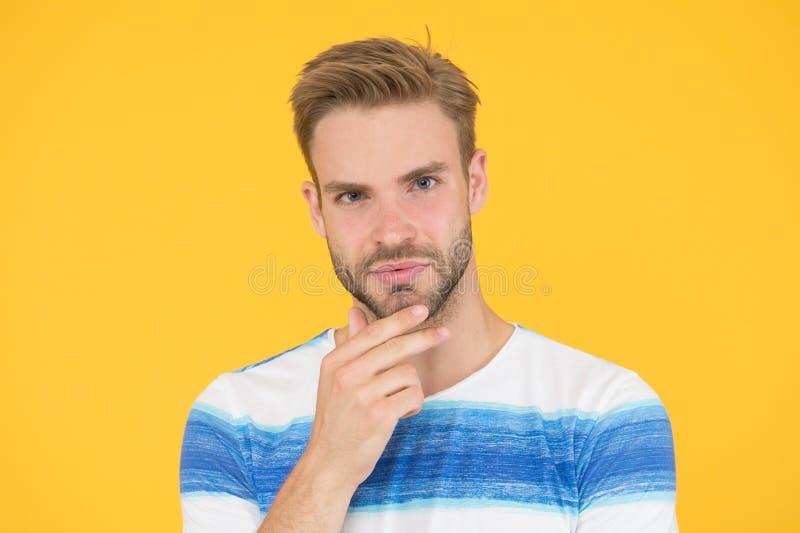 Gebaard matig Gebaarde mens op gele achtergrond Ongeschoren kerel wat betreft zijn gebaarde kin Knap Kaukasisch model stock foto's