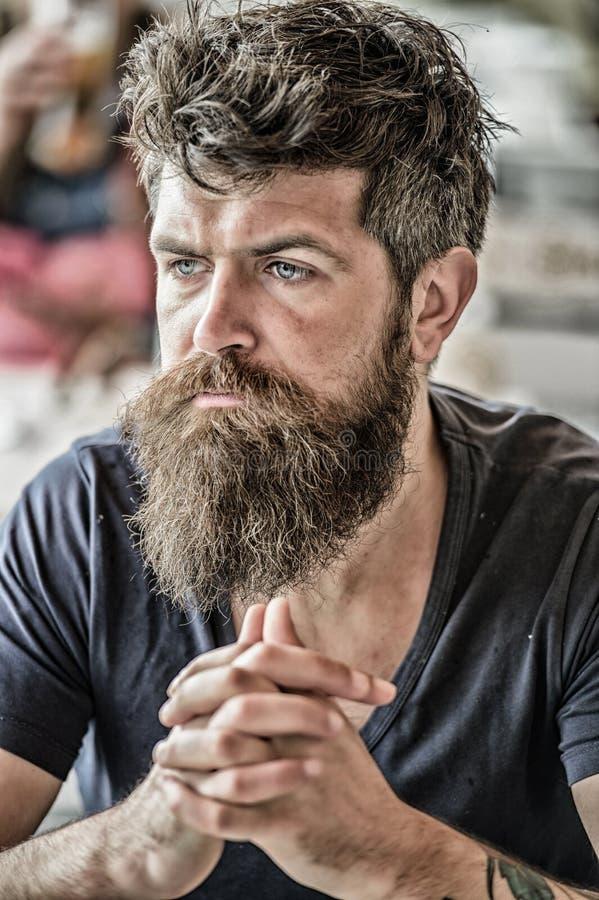 Gebaard mens geconcentreerd gezicht Hipster met baard nadenkende uitdrukking Nadenkend stemmingsconcept Het maken van het belangr stock afbeeldingen