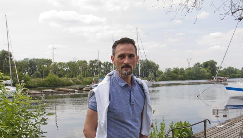 Gebaard mensenmodel op rivierbank met jachten stock foto's