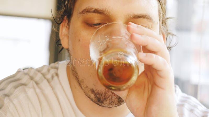 Gebaard vet mens het drinken bier en het genieten van van drank bij barbar royalty-vrije stock foto