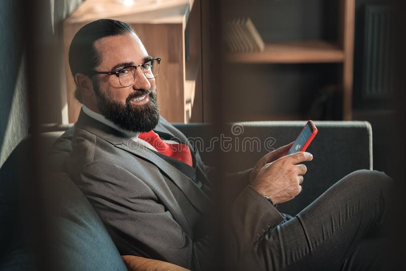 Gebaard zakenmangevoel vrolijk en tevreden na onderhandeling stock afbeeldingen