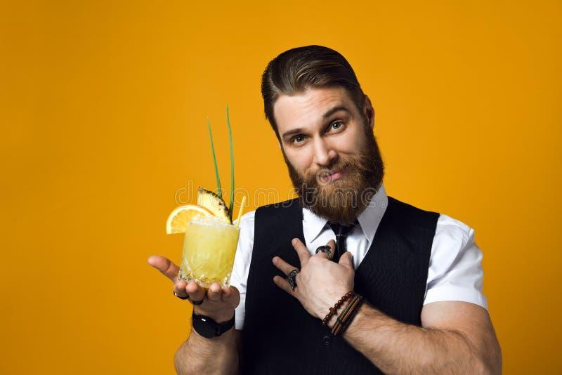 Gebaarde barman met de cocktail van de baardholding in vest royalty-vrije stock fotografie