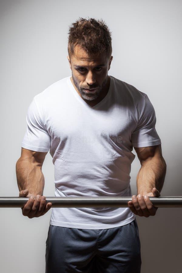 Gebaarde bodybuilding mens stock afbeelding
