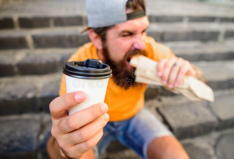 Gebaarde de mens toont document de tredenachtergrond van de kopdrank Neem koffie met u Snel voedselmaaltijd voor lunch Hete Hipst royalty-vrije stock afbeelding
