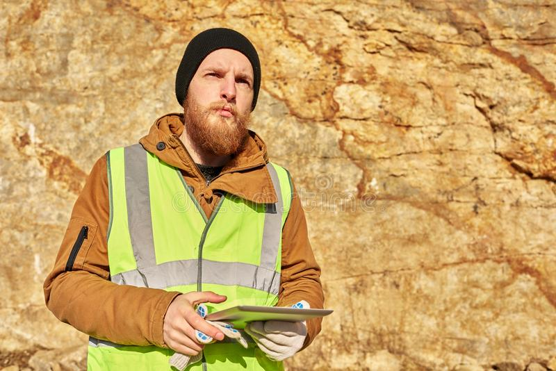 Gebaarde Gouden Mijnwerker Inspecting Land stock foto
