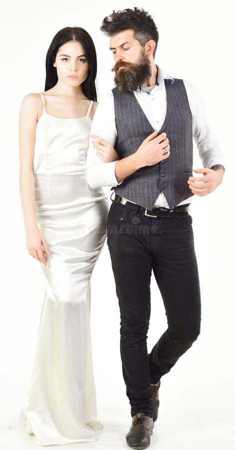 Gebaarde hipster met bruid kleedde zich omhoog voor huwelijksceremonie Paar in liefde, bruid en bruidegom in elegante huwelijkskl stock fotografie