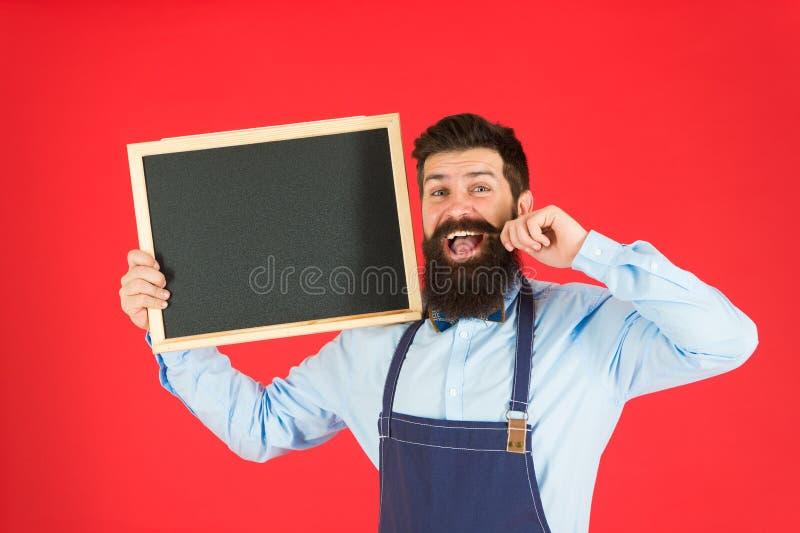 Gebaarde hipsterkok Welkom Restaurant of koffie reclame Grote keuken Het koken door recept gelukkige mensenchef-kok met stock foto