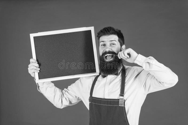 Gebaarde hipsterkok Welkom Restaurant of koffie reclame Grote keuken Het koken door recept gelukkige mensenchef-kok met royalty-vrije stock foto's