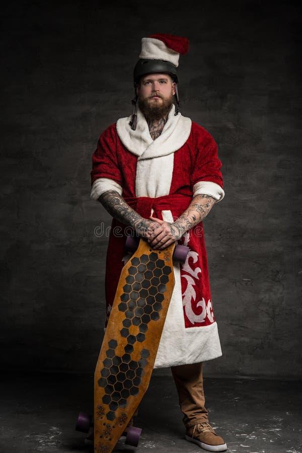 Gebaarde hipstermens in Kerstman` s kleren stock foto's