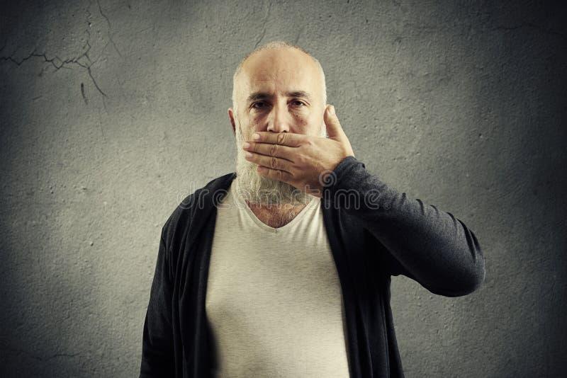 Gebaarde hogere mens die zijn mond behandelen royalty-vrije stock afbeelding