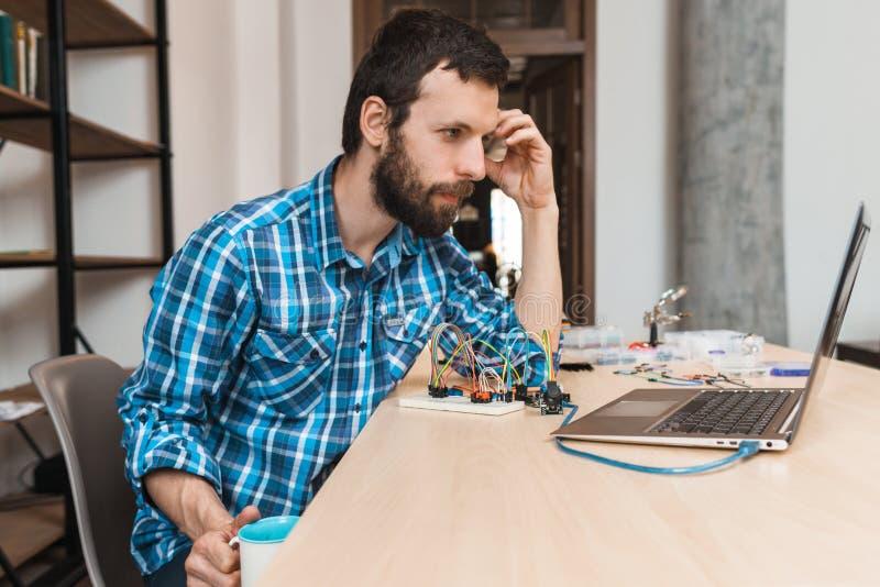 Gebaarde ingenieur die op programmadownload wachten royalty-vrije stock foto's