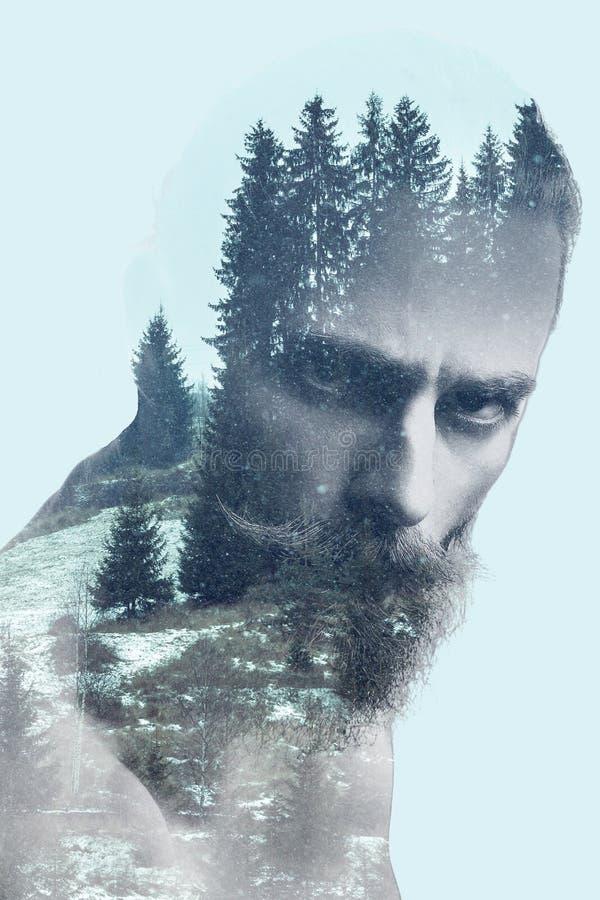 Gebaarde kerel in dubbele blootstellingsfoto van bergen royalty-vrije stock foto's