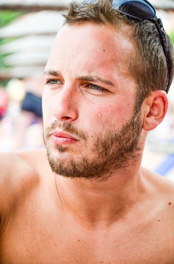 Gebaarde mens bij het strand royalty-vrije stock afbeelding