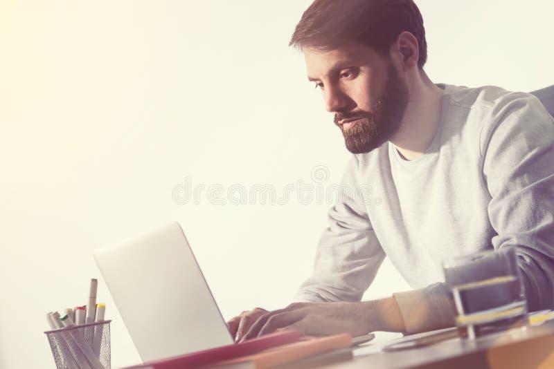 Gebaarde mens die in bureau werken Zachte nadruk stock afbeelding