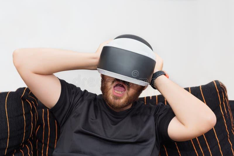 Gebaarde mens die virtuele werkelijkheidsbeschermende brillen dragen royalty-vrije stock afbeelding