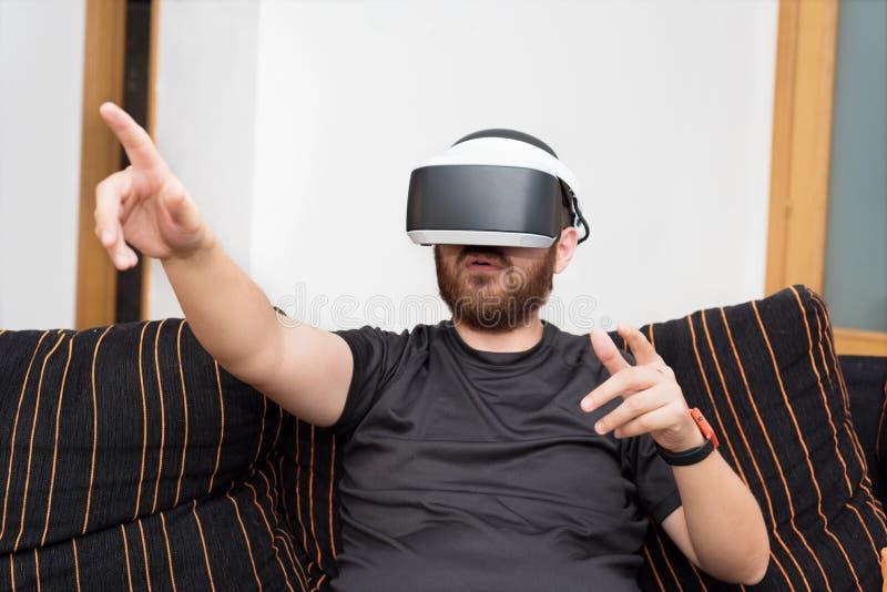 Gebaarde mens die virtuele werkelijkheidsbeschermende brillen dragen royalty-vrije stock fotografie