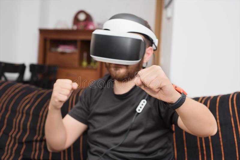 Gebaarde mens die virtuele werkelijkheidsbeschermende brillen dragen stock fotografie