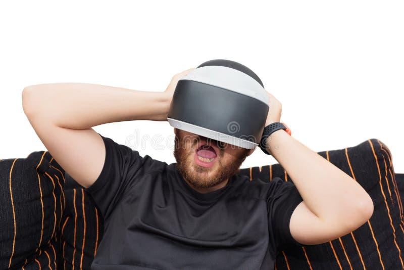Gebaarde mens die virtuele werkelijkheidsbeschermende brillen op wit geïsoleerde achtergrond dragen stock foto