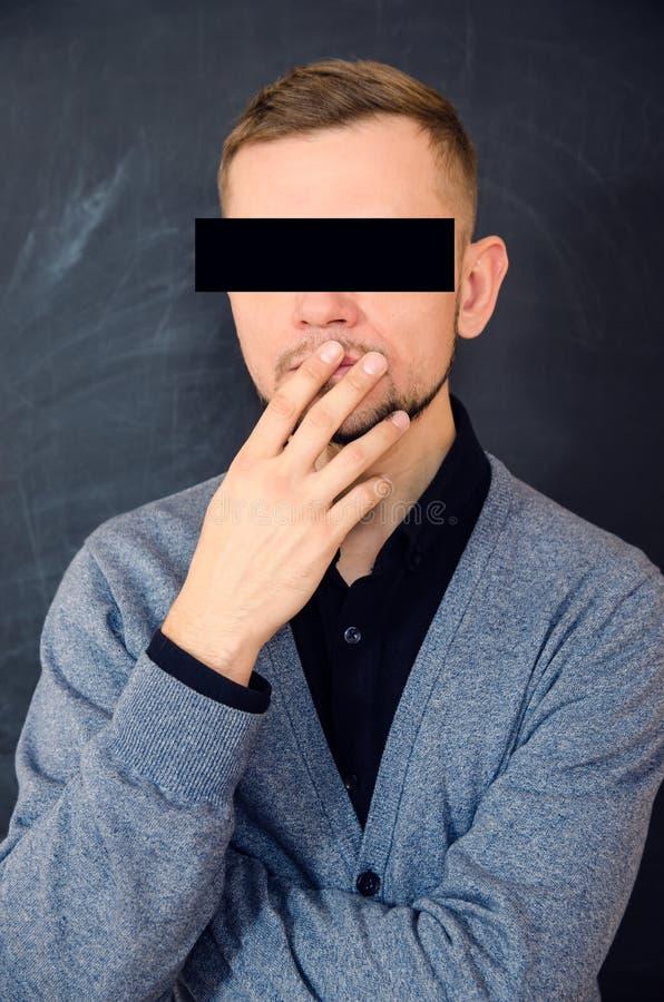 Gebaarde mens die zijn mond behandelen met zijn hand royalty-vrije stock foto