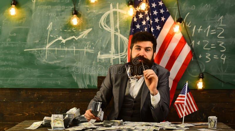 Gebaarde mens met dollargeld voor steekpenning Economie en financiën Patriottisme en vrijheid Inkomen planning van begrotingsverh stock foto's
