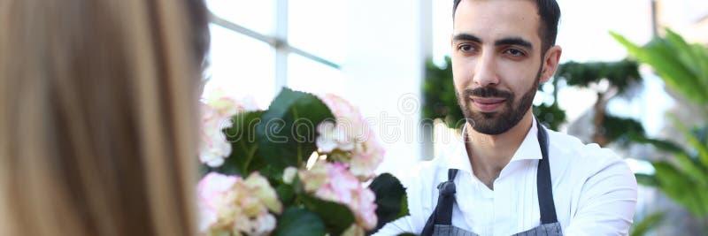Gebaarde Mensenbloemist Giving White Flower Hortensia royalty-vrije stock foto's