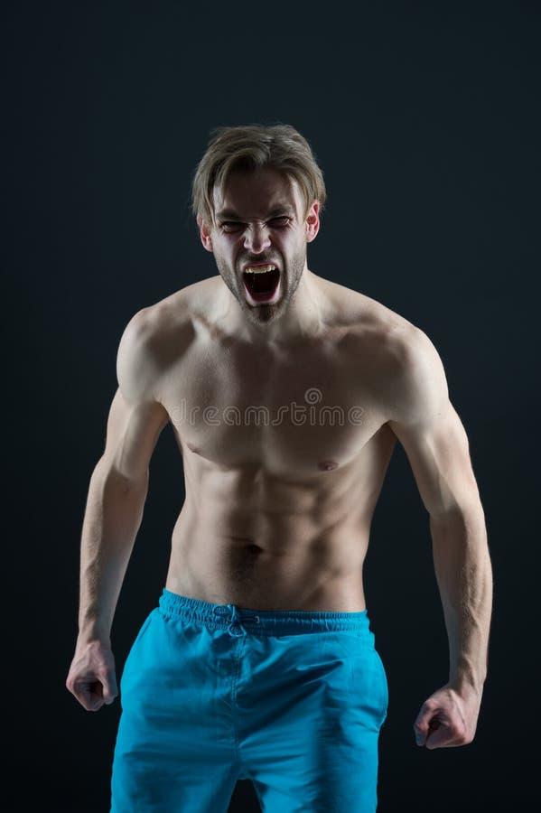 Gebaarde mensenschreeuw met woede, gezondheid Boze macho met geschikte naakte torso, borst en buik, geschiktheid De atletenkerel  royalty-vrije stock afbeelding