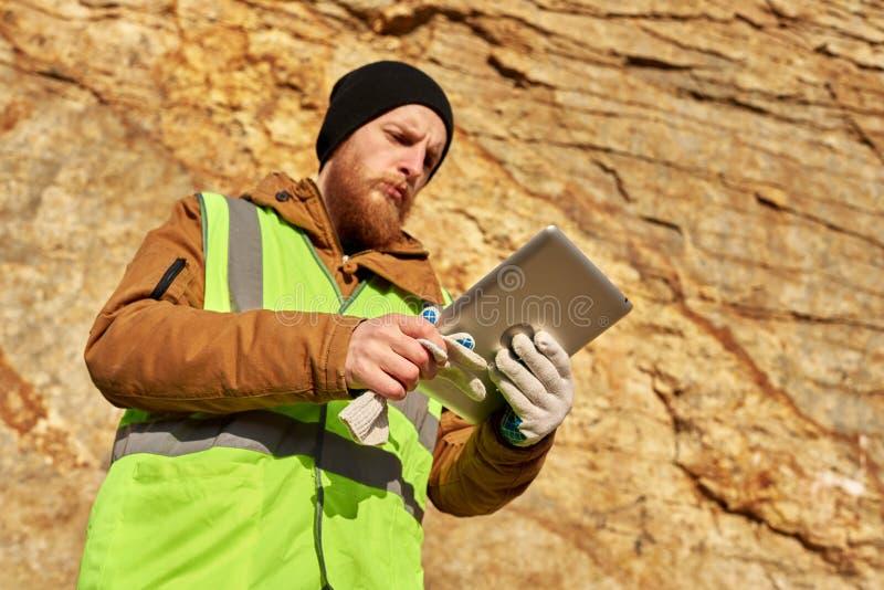 Gebaarde Mijnwerker Inspecting Land stock afbeelding