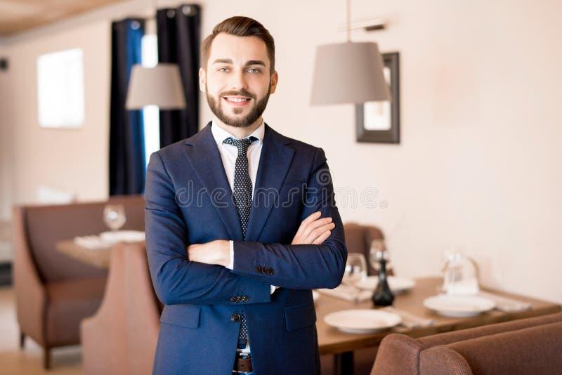 Gebaarde restauranthouder in formeel kostuum stock foto