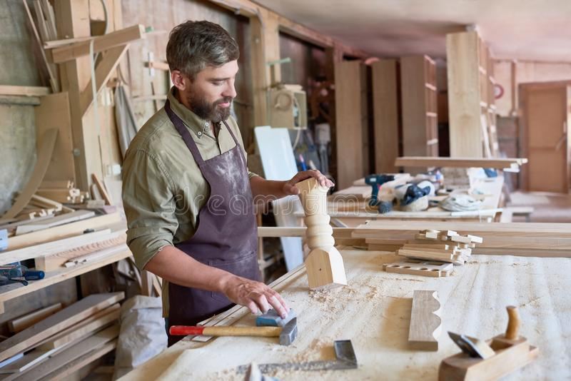 Gebaarde Timmerman Making Stair Posts in Winkel stock foto