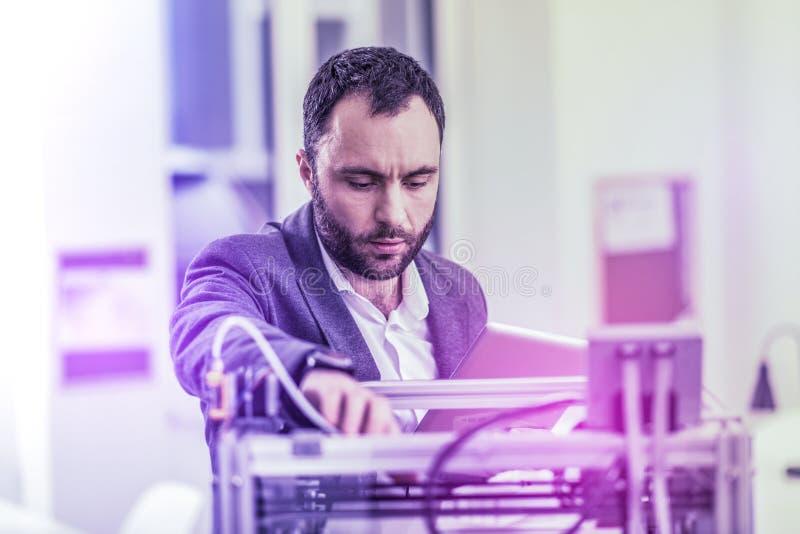 Gebaarde wetenschapper die zeer bezig en die op tijd aandringt in laboratorium werken voelen die royalty-vrije stock afbeelding
