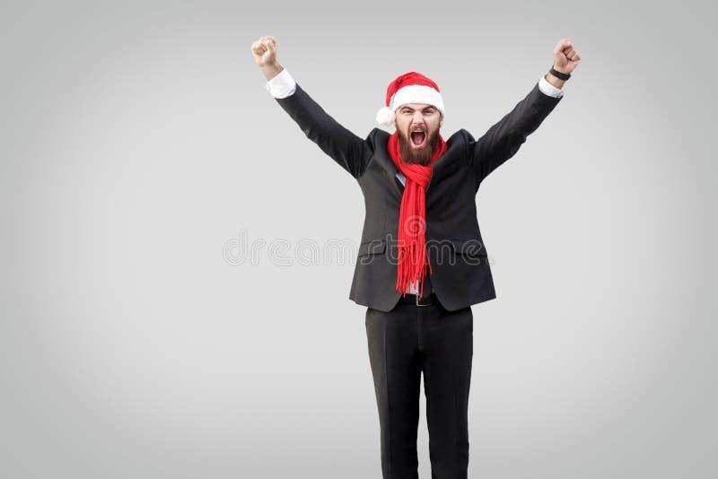 Gebaarde zakenman in klassiek zwart kostuum, rode sjaal en nieuw stem vóór royalty-vrije stock foto