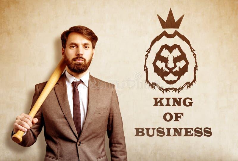 Gebaarde zakenman met honkbalknuppel dichtbij leeuwschets stock foto