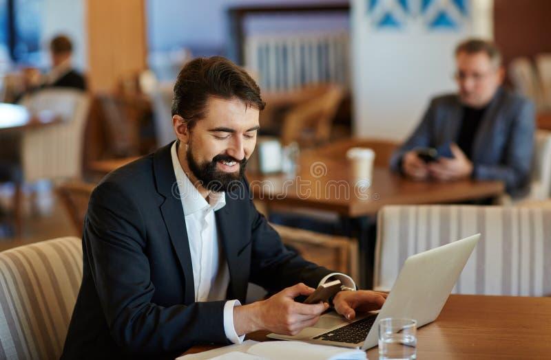 Gebaarde Zakenman Texting met Vriend royalty-vrije stock foto's