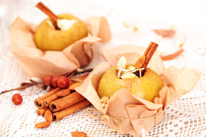 Gebackene Äpfel angefüllt stockfotografie