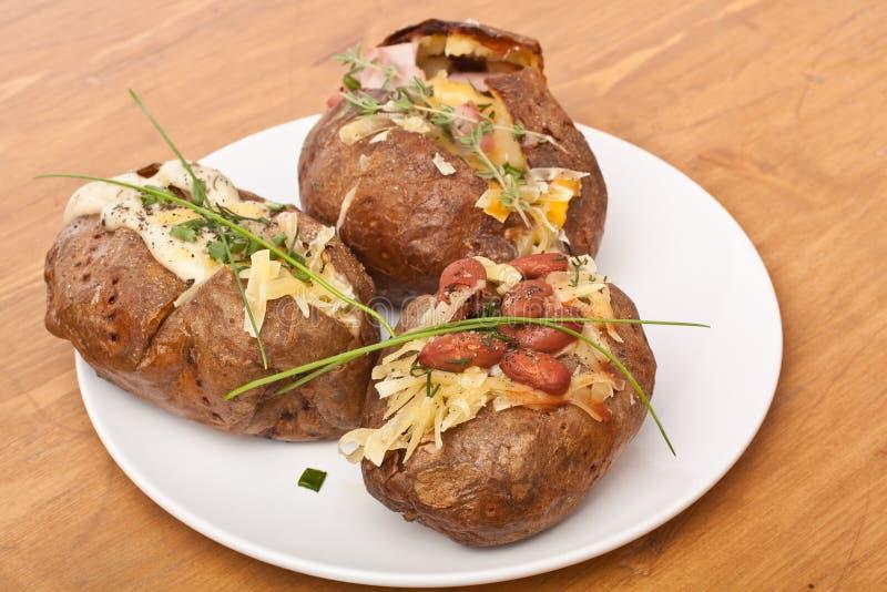 Gebackene angefüllte Kartoffeln stockfotos