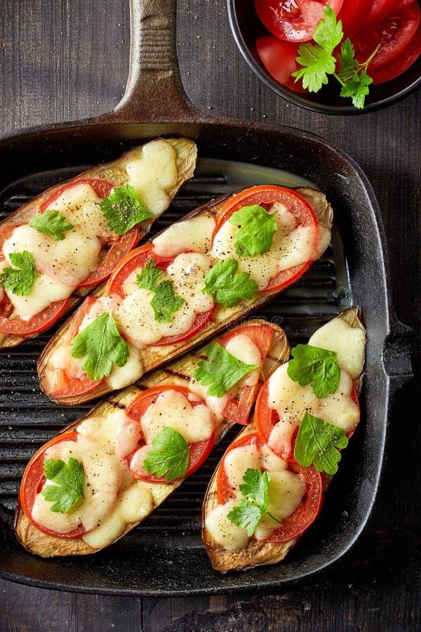 Gebackene Aubergine mit Tomaten und Käse stockbild